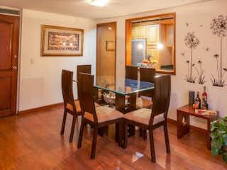 Una sala de estar llena de muebles y una mesa de madera en Apartamento en Britalia, Britalia Norte - 97mt, duplex, tres alcobas