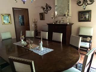 Una sala de estar llena de muebles y una chimenea en Casa en El Poblado, Medellín