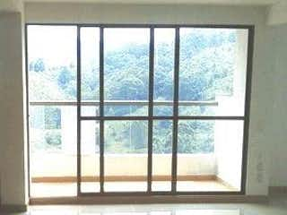 Una ventana en una habitación con una ventana en Amonte
