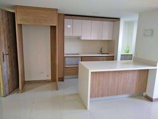 Una cocina con armarios blancos y electrodomésticos blancos en -