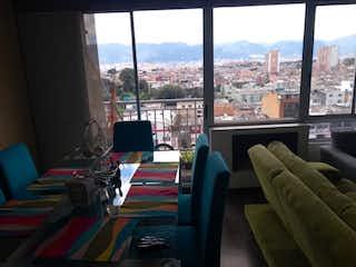 Una sala de estar llena de muebles y una ventana en Reserva 67
