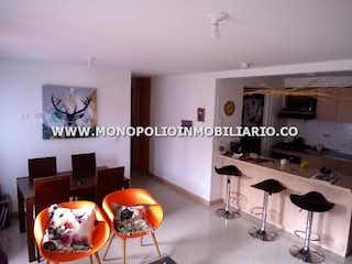 Una sala de estar con una mesa y sillas en RESERVA DE BUCAROS