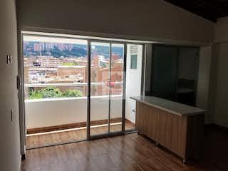 Una gran cocina abierta con un gran ventanal en Apartamento en Mesa, Envigado - 60mt, dos alcobas, balcón