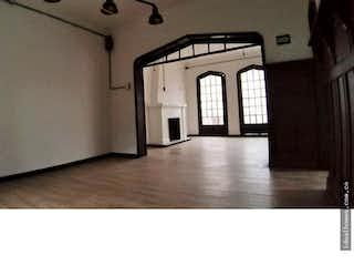 Una habitación muy bonita con una gran ventana en No aplica