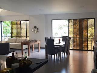 Una sala de estar llena de muebles y una ventana en Casa finca en El Salado-Envigado, con 3 Habitaciones - 1300 mt2.