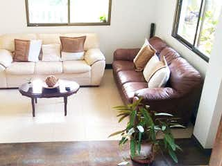 Una sala de estar llena de muebles y una planta en maceta en No aplica
