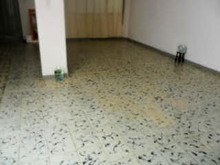 Un par de zapatos en el suelo en una habitación en -