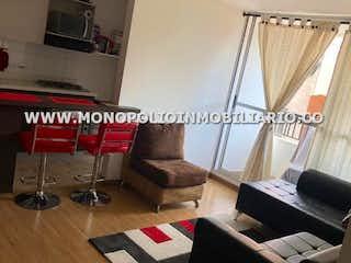 Una sala de estar llena de muebles y una ventana en OPORTO 511