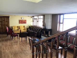 Una sala de estar llena de muchos muebles en -