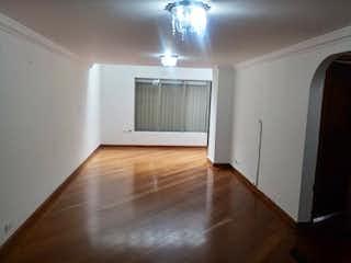 Una cocina con suelo de madera y paredes blancas en Apartamento En Venta En Bogota Santa Barbara Central