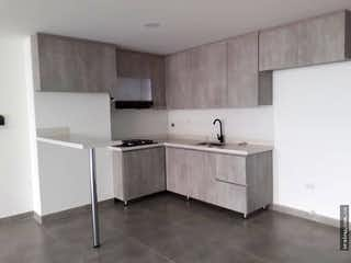Una cocina con una estufa de fregadero y armarios en Apartamento en venta en Barrio Mesa, Envigado.