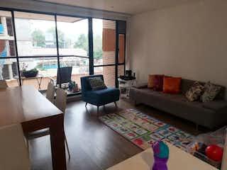Una sala de estar llena de muebles y una gran ventana en Alejandria