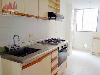 Una cocina con una estufa de fregadero y horno en -