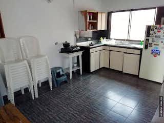 Una cocina con una mesa y sillas en ella en Apartamento en venta en Alcalá, 4 Habitaciones