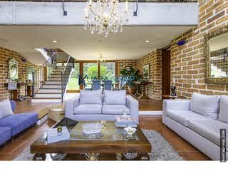 Una sala de estar llena de muebles y una gran ventana en Casa en Los Balsos-Poblado, con 3 Habitaciones - 1146 mt2.