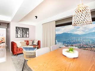 Una sala de estar llena de muebles y una gran ventana en Reserva San José Natura