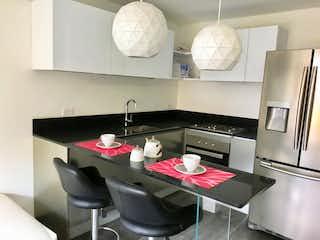 Una cocina con una mesa y sillas en ella en Buonvivere 124