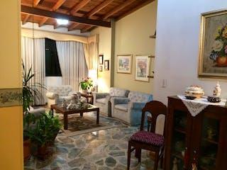 Una sala de estar llena de muebles y una mesa en Zurimar