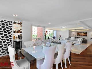 Una gran habitación llena de un montón de muebles blancos en Altobelo