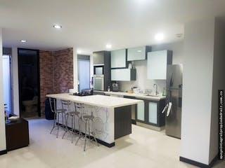 Una gran cocina blanca con un montón de espacio de contador en Apartaestudio en Loma del Esmeraldal, Envigado - Una alcoba