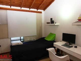 Una habitación con una cama y un escritorio en ella en No aplica