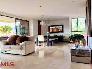 Una sala de estar llena de muebles y una chimenea en Torres De Agua