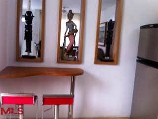 Una sala de estar llena de muebles y un espejo en Casa en Conquistadores, Medellín
