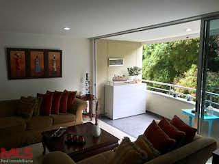 Una sala de estar llena de muebles y una ventana en Tierra Grata Cumbres