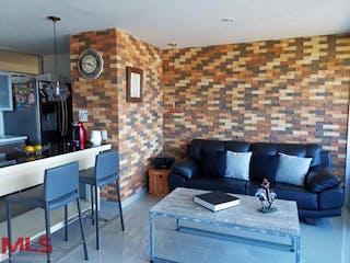 Una sala de estar llena de muebles y un reloj en Alaia Mantra