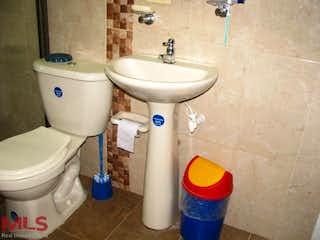 Un cuarto de baño con un inodoro y un lavabo en Mayorca (Guayabal)