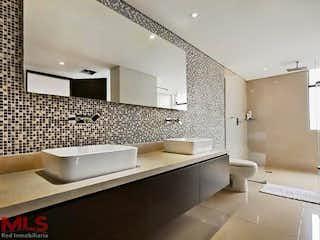 Un cuarto de baño con lavabo y bañera en Altobelo