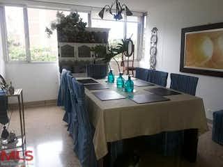 Una habitación con una mesa y una mesa en El Triangulo