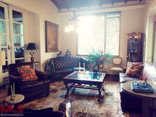 Una sala de estar llena de muebles y una ventana en Ramal 1