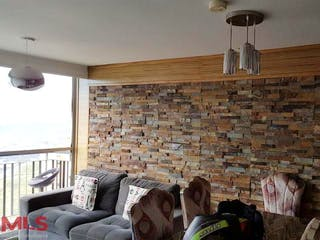Una sala de estar llena de muebles y una chimenea en Girasoles
