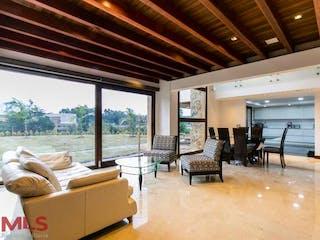 Una sala de estar llena de muebles y una gran ventana en Rio Pino