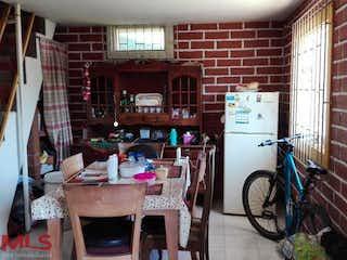 Una cocina con una mesa y sillas en ella en No aplica
