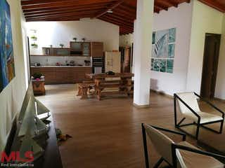 Una sala de estar llena de muebles y un suelo de madera en Parcelación Villas de Llanogrande
