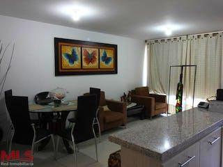Una sala de estar llena de muebles y una ventana en Selvática