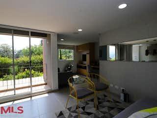 Una habitación que tiene un sofá y una silla en él en Monteflor