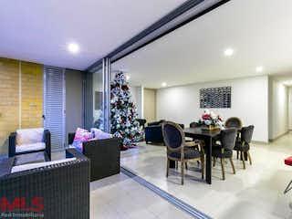 Una sala de estar llena de muebles y una lámpara de araña en Font Living