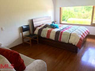 Un dormitorio con una cama y un televisor en La Pradera