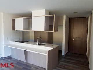 Un cuarto de baño con lavabo y un espejo en Portanova Suites