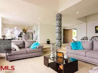 Una sala de estar llena de muebles y una gran ventana en Dakota 2
