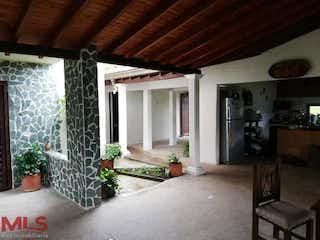 Una sala de estar llena de muebles y una chimenea en Parcelación Campestre El Campo
