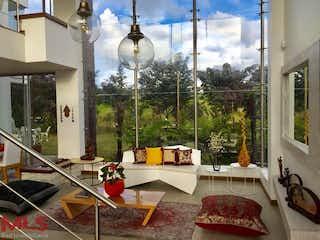 Una sala de estar llena de muebles y una lámpara de araña en Parcelación Bonavista