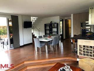 Una sala de estar llena de muebles y una mesa en San Martin de la Sierra