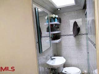 Un cuarto de baño con lavabo y espejo en No aplica
