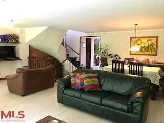 Una sala de estar llena de muebles y una ventana en Canto Del Bosque