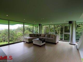 Una sala de estar llena de muebles y una ventana en Hacienda Arrayanes