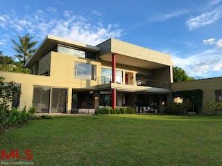 Una casa que está sentada en la hierba en Parcelación Villas de Llanogrande